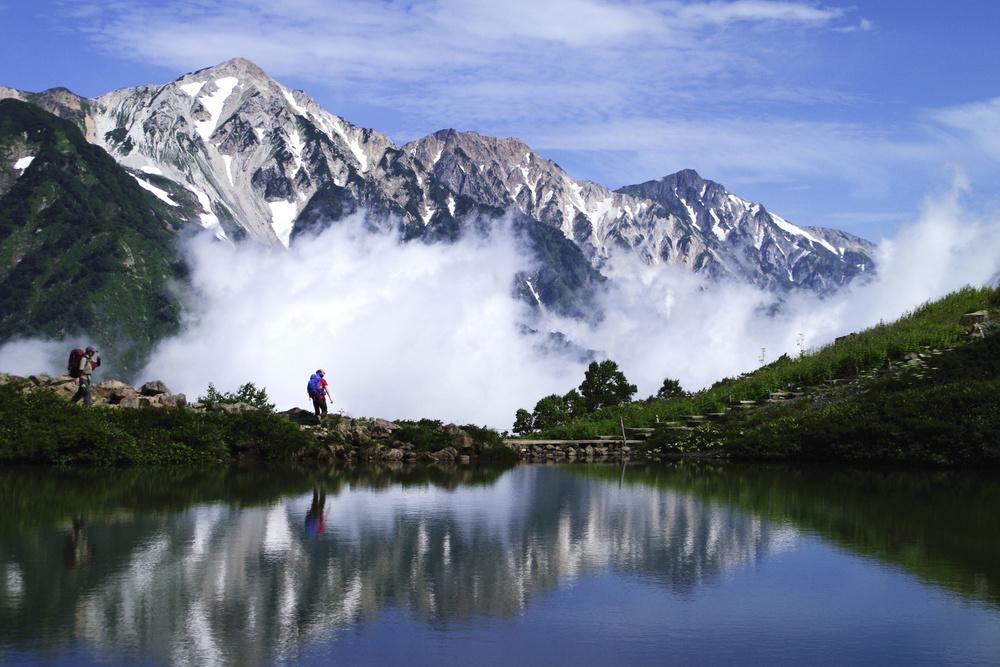 八方池から見た白馬三山。左から鑓ケ岳、杓子岳、白馬岳=2013年7月(山岳図書編集者森田秀巳氏撮影)