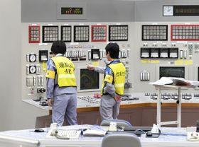 九州電力玄海原発の中央制御室で、4号機の発送電開始作業をする運転員ら=19日午後2時、佐賀県玄海町(代表撮影)