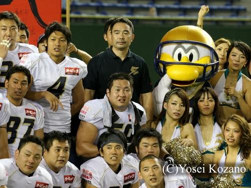 試合後記念撮影する山本(中央)。後方が大橋HC=撮影:Yosei Kozano、23日、東京ドーム