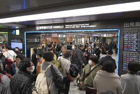山陽新幹線の試運転列車の車両トラブルの影響で、混雑するJR博多駅=19日午前11時