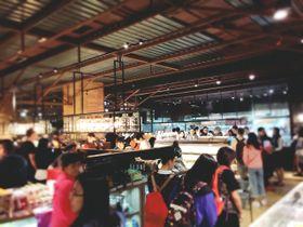 客でにぎわう上引水産。中央に見えるのは立ち食いのすしバーだ=寺町幸枝撮影