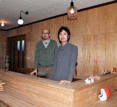 そば店として営業していた築40年以上の物件でカフェ開業を目指す神脇隼人さん(右)と宮崎達也さん
