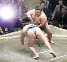 貴景勝(奥)が突き落としで玉鷲を下す=両国国技館
