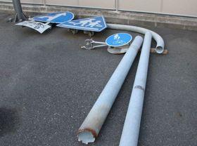 根元が折れ倒壊した道路標識