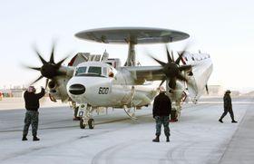 米軍岩国基地に到着したE2D早期警戒機=2017年2月、山口県岩国市