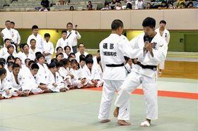 子どもたちに大外刈りのコツを教える大野将平(右)