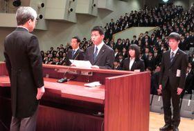【宣誓をする新入生代表=伊勢市の皇學館大学で】