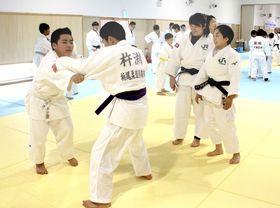 JR東日本女子柔道部の選手らが講師を務めた講習会=13日、新潟市江南区