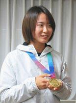 国別対抗戦で獲得した金メダルを見せる尾上胡桃選手=浜松市役所で