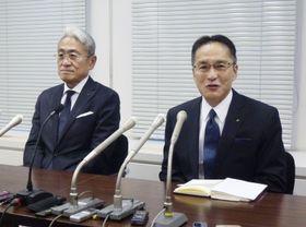 記者会見する、丸紅の新社長に就任する柿木真澄副社長。左は会長に就任する国分文也社長=15日午後、東京都港区
