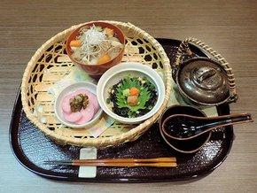 ファイナルステージで提供した芋煮(上)と岩ノリ茶漬け