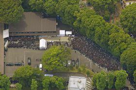 大勢のファンらが詰め掛けた西城秀樹さんの葬儀・告別式会場=26日午後、東京都港区の青山葬儀所(共同通信社ヘリから)