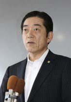 記者団の取材に応じる愛媛県の中村時広知事=27日、松山市
