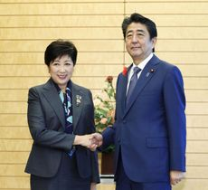 握手する安倍首相と東京都の小池百合子知事=12日午前、首相官邸