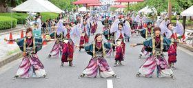 華やかな衣装で躍動する踊り手たち=丸亀市大手町