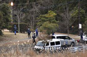事件現場の公園付近を調べる鹿児島県警の捜査員ら=鹿児島市、7日