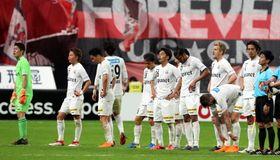 【札幌-V長崎】札幌に敗れ、肩を落とすV長崎の選手たち=札幌ドーム