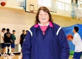 高校の指導に区切りをつける明石清水男子の石垣洋子コーチ。「さみしいなと。生徒の成長を見るのが喜びだった」=明石市の同校