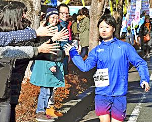 山の神・柏原竜二さんハイタッチ いわきサンシャインマラソン