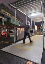 手すりとスロープが設置された期日前投票所=11日午後、宮崎市役所本庁舎西側プレハブ事務所