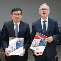 連携強化の取り決めを結んだ日本原子力研究開発機構の児玉敏雄理事長(左)とポーランド国立原子力研究センターの担当者=20日、ポーランド(日本原子力機構提供)