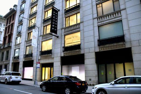 閉店した米高級百貨店チェーン「バーニーズ・ニューヨーク」の主力店=23日、ニューヨーク・マンハッタン(共同)