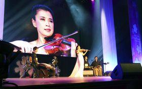 「全米桜祭り」の開会式でバイオリンを演奏する川井郁子さん=23日、米ワシントン(共同)