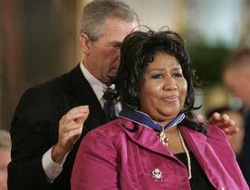 ブッシュ米大統領(当時)から「大統領自由勲章」を受章するアレサ・フランクリンさん=2005年11月、ワシントン