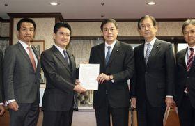 山下法相(左から2人目)に提言を手渡す自民党の長谷川岳法務部会長ら=11日午後、法務省