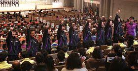 開会式で拳を突き上げ気勢を上げる長野の選手たち