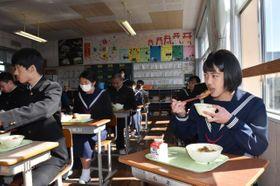 給食で振る舞われた地元高鍋のギョーザを味わった高鍋東中の生徒たち