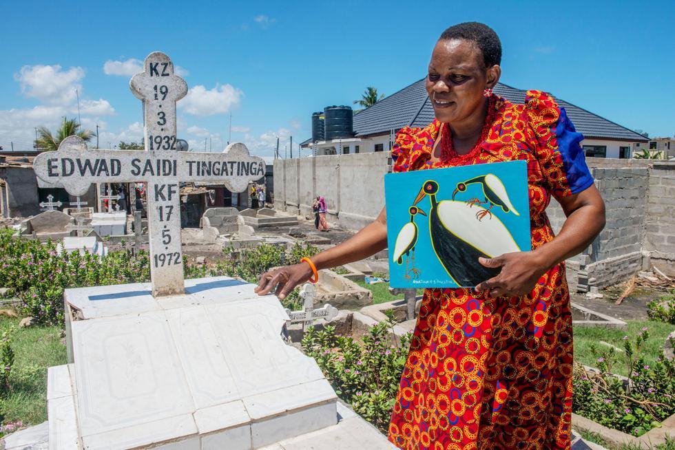 自作品を携え、父ティンガティンガの墓参りをするマルティナ。父の作風にこだわる=ダルエスサラーム(撮影・中野智明 共同)