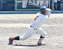 【学法福島―日大東北】5回表2死二塁、勝ち越しの適時三塁打を放つ磯上