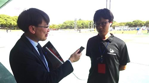 箱根駅伝で活躍し、現在はXリーグ富士通のマネジャーを務めている柏原竜二さん(右)にインタビューする筆者=写真提供・塩田博さん、10月1日・ヤンマーフィールド長居