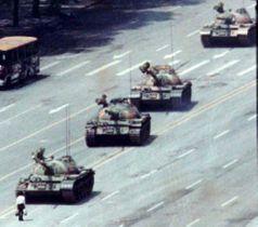 1989年6月、北京の天安門広場に近い長安街で、戦車の前に立ちはだかる男性(左下)(ロイター=共同)