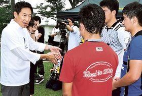 ラグビー部の練習を視察し、生徒と会話する鈴木大地長官(左)=12日午後、静岡市駿河区の静岡聖光学院中・高