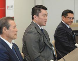 百五銀行への入行が決まり会見する柔道の原沢選手(中)=津市の百五銀行丸之内本部棟で