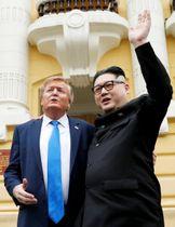 22日、ベトナム・ハノイに現れた、トランプ米大統領と北朝鮮の金正恩朝鮮労働党委員長のそっくりさん(ロイター=共同)