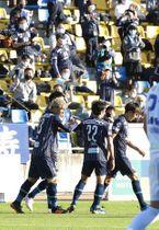 後半、同点ゴールを決めた福岡・木戸(手前の左端)。拍手を送るサポーターもいた(撮影・山口楊平)