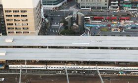 名古屋駅の14番線に停車したままの新幹線車両。左端は亀裂の入った台車を交換した13号車=16日