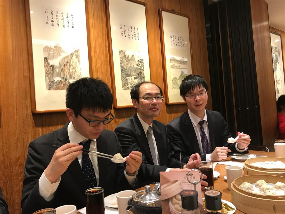 小籠包を食べる(左から)永瀬拓矢七段、立会人の木村一基九段、高見泰地叡王