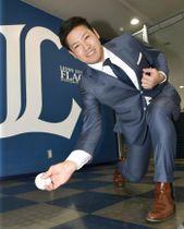 報道陣に投球フォームを披露する、西武から米大リーグのパドレスへ移籍が決まった牧田和久投手=10日、埼玉県所沢市の球団事務所