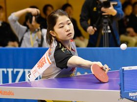 女子シングルス決勝で、ネット際の球を打ち返す十六銀行の安藤=ジェイテクトアリーナ奈良