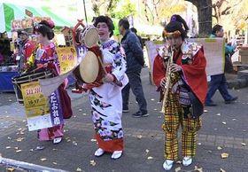 東京の下町でイベントの宣伝をするチンドン芸能社の面々。真ん中がおかみさんの永田美香さん