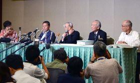 判決後、会見する原告団=2019年6月、熊本市