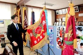 昨年春、夏、秋の県大会優勝旗3本が並ぶ校長室=明石商業高校