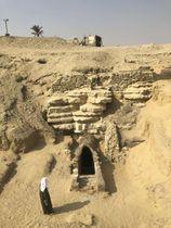 カイロ近郊のサッカラ遺跡で発見されたカタコンベの入り口(金沢大河合望研究室提供)