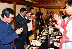 「乾杯米」でアイヅライスの味と香りを確かめる(左から)手代木さん、明田さん