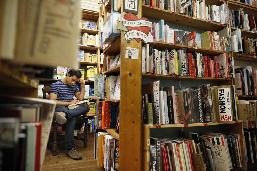 米サンフランシスコの書店で本を探す若者。オンライン百科事典「ウィキペディア」など電子化された文字情報は書籍の世界を大きく変えた(撮影・遠藤弘太、共同)