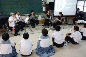 木管5重奏の演奏に聴き入る生徒=枕崎市別府東町の別府中学校